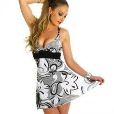 Luftig und chic! Hochwertiges Kleid in tollen Mustern. Das schöne Dekolleté und die schmalen Träger am Rücken...