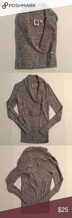 [ROXY] women's heather grey knit sweater S [ROXY] women's heather grey knit sweater S •🆕listing •great pre-owned condition •heather grey color, last picture is most accurate color •pullover, 3 button style •material 60% cotton 40% acrylic, soft fitted sweater feel •offers welcomed using the offer feature or bundle for the best discount• Roxy Sweaters