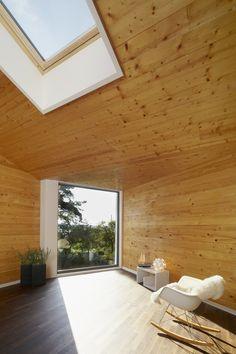 Am Schwielowsee in Brandenburg baute die Architektin Katrin Oggesen vom Berliner Architekturbüro Archibald ein wunderschönes Haus, das zum Träumen einlädt. https://www.homify.de/ideenbuecher/24349/das-haus-mit-den-vielen-fenstern