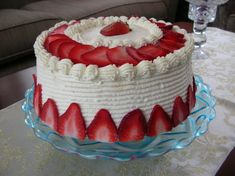 Cakes Decorating Ideas Easy Cake Decorating Ideas For Beginners Beautiful cakes are not just for big bucks on extra-special occasions. You can learn easy cake decorating ideas that you can do yours… Strawberry Birthday Cake, Strawberry Cream Cakes, Strawberry Recipes, Strawberry Cheesecake, White Chocolate Strawberries, Chocolate Strawberry Cake, Chocolate Cake, Strawberry Cake Decorations, Buttercream Cake Decorating