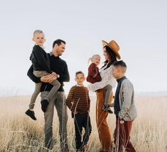 Got to hang out with one of my favorite families last night! They braved the freezing cold winds and looked so so so good doing it. But for real, how amazing is their style? Also they just announced that baby number 5 is on the way and I'm so thrilled! Family Portrait Outfits, Summer Family Photos, Fall Family Photo Outfits, Fall Family Portraits, Fall Family Pictures, Family Posing, Family Photoshoot Ideas, Country Family Photos, Family Pictures What To Wear