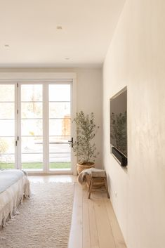 Our CEO Julia Hunter's Venice Home is a Minimalist Dream - Minimalist Style Quirky Home Decor, Easy Home Decor, Home Decor Styles, Cheap Home Decor, Home Bedroom, Bedroom Decor, Relax, House Of Beauty, Modern Bedroom Design