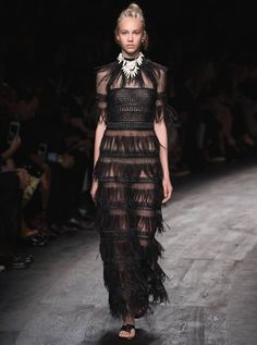 Valentino Official Website - Discover the Valentino Women Collection. Watch the Fashion Show, Accessories and much more. Runway Fashion, Fashion Models, High Fashion, Fashion Show, Womens Fashion, Fashion Design, Modelos Fashion, Valentino Women, Spring Summer 2016