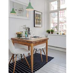 Tienes una mini-cocina?  Espejolamparitanuestras Wood Chair y mono monisimo . Tenemos 20% de descuento en toda la e-shop solo hasta mañana!!!! #cocina #deco #eames #dsw #singularmarket #rebajas Mobiliario de Estilo Vintage e Industrial Singular Market.