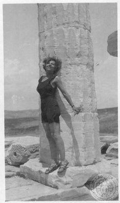 Η Μαρίκα Κοτοποὐλη [στον ναό του Απόλλωνα στο Σούνιο] GENNADIUS LIBRARY ARCHIVES Photographs from the Historical Archives Athanasios Souliotis