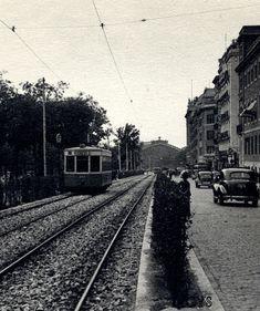 Paseo del Prado en los años 40. La plataforma reservada al tranvía sería sustituida por el carril bus. Al fondo se ve la estación de Atocha.