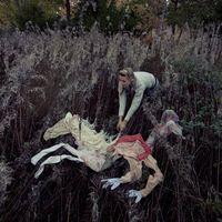 A jovem artista Ulrika Kestere, também conhecida como Uli, é uma ilustradora e fotógrafa que tem feito sucesso no mundo todo, ao apresentar suas séries inspiradas em contos de fadas nórdicos. Desde os quatro anos de idade reside na Suécia, mas foi através de seu contato com bosques e florestas de sua curta infância na Letônia, que Ulrika desenvolveu uma paixão por animais, folclore e natureza. Suas narrativas são pura poesia.