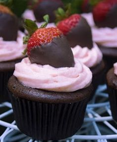 Chocolate Cupcakes with strawberry Cream Cheese Icing.topped with chocolate dipped strawberry! I love cupcakes! Made these on sunday they were good but would change cake to be more dense *** Strawberry Dip, Strawberry Cupcakes, Yummy Cupcakes, Strawberry Buttercream, Strawberry Recipes, Vanilla Cupcakes, Buttercream Frosting, Gourmet Cupcakes, Lemon Cupcakes