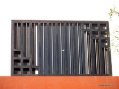 Fotografía de rejas verticales de hierro como protecciones para ventana moderna