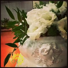 Centrotavola per ricevimento di matrimonio con lisianthus bianchi in zuppiera di ceramica. #white #wedding #flower #bianco #matrimonio #fiori