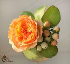 Гиперикум в сочетании с пионовидной розой