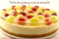 Tarta de queso y uvas al moscatel # Desde que vi esta tarta en el blog de María Lunarillos, es la que hago todos los años el día de Nochevieja. Es una tarta deliciosa de queso cremoso y chocolate blanco. La cobertura de uvas …