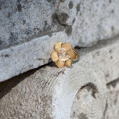 Gardenias ring in yellow gold with rock crystal and diamonds, Carrera y Carrera. Discover more on www.carreraycarrera.com #carreraycarrera #gardenias #goldenrings #goldenjewels #jewels #joyas #instajewel #jeweloftheday #jewelry #spring #shine #rockcrystal #gems #gemstones #style #chic #luxury