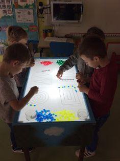 LA CLASE DE MIREN: mis experiencias en el aula: MESA DE LUZ: HACEMOS SERIES Sensory Activities, Kindergarten Activities, Preschool Activities, Reggio Emilia, Creative Kids Rooms, Licht Box, Light Board, Shadow Play, Learning Spaces