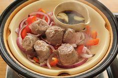 お肉が主役の蒸し鍋はいかがですか。どうぞ「ヘルシー蒸し鍋」をご用意ください。<使用土鍋>「ヘルシー蒸し鍋」など蒸し鍋全般ホットソースボウル<材料>牛薄切り肉(すき焼き用) 4〜5枚(250〜300g)玉ね