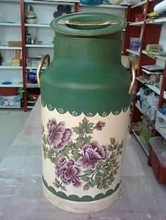 manualideasjcobos: cantara  de leche Painted Milk Cans, Decoupage Jars, Old Milk Cans, Shabby Chic Accessories, Milk Jug, Tole Painting, Watering Can, Garden Projects, Metal Art