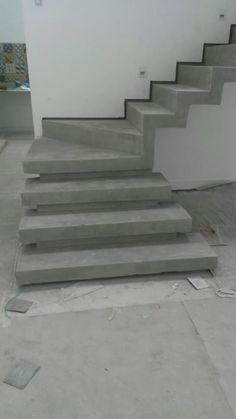 escada em cimento queimado com rodapé invertido: Corredores e halls de entrada por Margareth Salles Home Stairs Design, Stair Railing Design, Modern House Design, Concrete Staircase, Staircase Railings, Escalier Art, Flur Design, Building Stairs, Steel Stairs