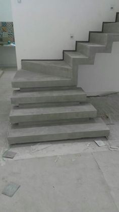 escada em cimento queimado com rodapé invertido: Corredores e halls de entrada por Margareth Salles Concrete Staircase, Staircase Railings, Home Stairs Design, Railing Design, House Front Design, Modern House Design, Escalier Art, Flur Design, Building Stairs