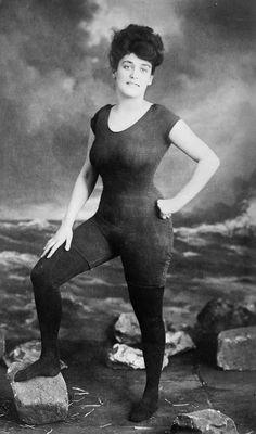 Annette Kellerman. Elle fut arrêtée par la police pour « indécence » car elle portait cette tenue à la plage.