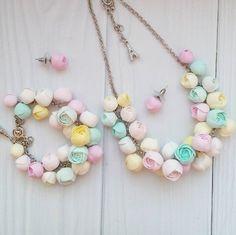 Наборчик в самой нежной цветовой гамме в моем исполнении! Ассоциируется у меня со сладкими зефирками!:) Колье, браслет и серьги-гвоздики.