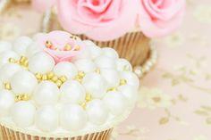 Indret din hjemmelavede bryllupskage med vores smukke sukkerperler, spiselige sukkerdiamanter og søde små sukkerblomster kollektion. #Sukkerpynt
