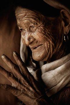 «Ouvrir son esprit au monde. Ouvrir son cœur aux autres. C'est rester jeune à n'importe quel âge.» Jacques Sèvre  Portrait du Népal par Diego Arroyo