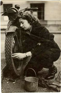 In WWII, Royal Navy Wrens female dispatch riders were expected to ride and maintain their own machines, so the first women chosen were well known competition riders from local race circuits. Lady Biker, Biker Girl, Ww2 Women, Vintage Biker, Classic Bikes, Classic Cars, Vintage Motorcycles, Honda Motorcycles, Royal Navy