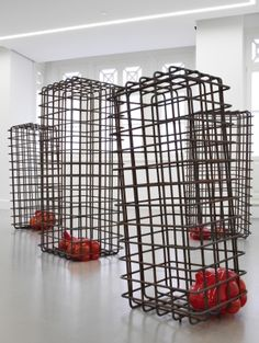 Mona Hatoum « objets-sculptures » Elle utilise des matériaux nobles, fragiles pour en faire des œuvres violentes et tristes. Sa thématique est la suivante : guerre, exil, condition de la femme... Ses œuvres sont intimes et conceptuelles.