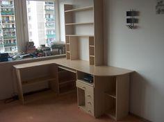 Wykonujemy różnego rodzaju meble, między innymi biurka, regały, szafy, meble gabinetowe czy recepcyjne.