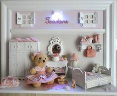Quadro cenário de quartinho de menina.  Pode ser usado também como enfeite de porta de maternidade.  Decoração personalizada com aplicação de tecidos combinando com as cores e estampas da sua decoração.  Miniaturas em MDF recortadas a laser e em resina.    PRODUTO ARTESANAL SUJEITO À VARIAÇÕES