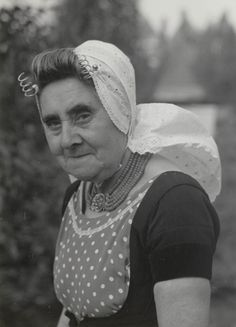 Vrouw uit Veere in Walcherse streekdracht. De vrouw is gekleed in de daagse dracht. Ze draagt als volwassen vrouw een variant van de Walcherse meisjesmuts. Dit gebruik kwam ook in het Middelburger Ambacht voor. 1950 #Zeeland #Walcheren
