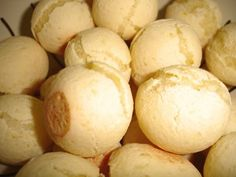 Receita de Pão de Queijo (Brazilian Food) The cheese bread balls I just can't live without !