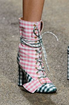 House of Holland at London Fashion Week Spring 2017 – Details Runway Photos - Shoes New Style - Luxury Shoes - Shoes New Style - Luxury Shoes Ugly Shoes, Sock Shoes, Bootie Boots, Shoe Boots, Shoes Heels, House Of Holland, Crazy Shoes, Me Too Shoes, Runway Shoes