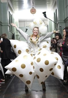 Lainie Love Dalby performing at Fall Fashion 2009 with Artist Jennifer Sullivan at