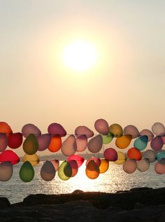 I posted this ballon garland forever ago: And it is still one of my favorite finds ever. Just plain old balloons, but they look so perfe. Up Balloons, Balloon Garland, String Balloons, Balloon Wall, Balloon Party, Heart Balloons, Happy Balloons, Balloons Galore, Balloons Online