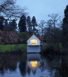 Architekci z grupy Alex Cochrane Architects dostali zadanie przebudowania wnętrza wiktoriańskiego domku do przechowywania łódek na brzegu jeziora Virginia w Wielkim Parku Windsorskim hrabstwa Berkshire (Wielka Brytania). http://sztuka-wnetrza.pl/1567/artykul/projekt-wnetrza-dla-pisarza