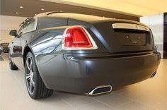 En profil geeft het vloeiende fastback ontwerp van Wraith de auto zijn unieke karakter en de prestaties komen de belofte van de styling van Wraith na. Dankzij een V12 motor en een automatische ZF transmissie met 8 versnellingen is de vermogensafgifte moeiteloos en tegelijkertijd indrukwekkend