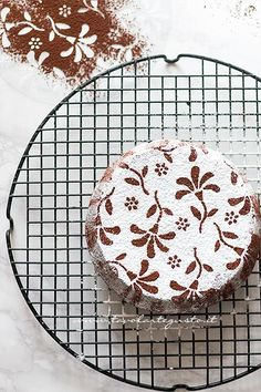 Decorare la Caprese con lo zucchero a velo - Ricetta Torta Caprese