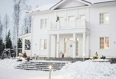 Modern home interiors and design ideas from the best in condos, penthouses and architecture. Plus the finest in home decor and products. New England Hus, Future House, My House, House Entrance, White Houses, House Goals, My Dream Home, Exterior Design, Luxury Homes