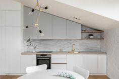 Kaunis keittiöntaso ja välitila on kestävää keraamista suurlaattaa: Florim 12mm Marble Calacat.AB Velvet 160x320m. Suurlaatan leikkaukset ja läpiviennit on tehty omassa ABL:n leikkaamossamme.