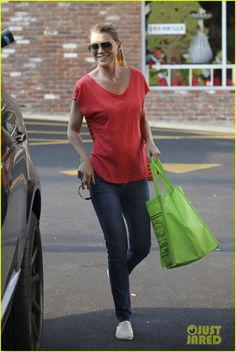 Ellen Pompeo Gets Daughter Stella a Puppy for Birthday!: Photo Ellen Pompeo and a gal pal go shopping at a local Tailwaggers store to prep for a big surprise the next day on Tuesday (September in Los Feliz, Calif. Meridith Grey, Ellen Pompeo Patrick Dempsey, Greys Anatomy Derek, Celebrity Jeans, T Shirty, Real Country Girls, Jenifer Aniston, Powerful Women, Fashion Beauty