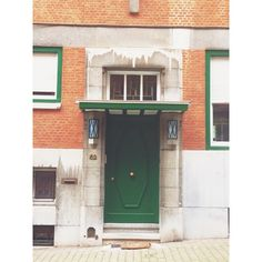 Permanent drizzle #brussels #brussel #bruxelles #belgium #belgique #belgië #ixelles #elsene #brusselsarchitecture #bxl #instabxl #green #vert #groen #door #deur #porte #grime (at Rue de la Source)