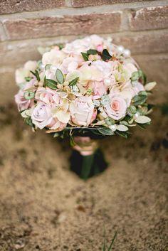 wedding bouquet vitage roses pink purple rustik trouwboeket bruidsboeket vintage roze paars landelijk Roses Pink, Pink Purple, Wedding Bouquets, Floral Wreath, Wreaths, Crafts, Craft Ideas, Decor, Floral Crown