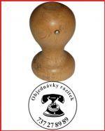 Vyrábíme dřevěná razítka, v e-shopu naleznete základní nabídku dřevěných razítek, http://www.razitka-praha.com/?razitka-drevena,30 - výrobíme Vám i atypické dřevěné razítko na objednávku. Děláme razítka s dřevěnou rukojetí obédlníková i kulatá, také je možné objednat lištové razítko - používá se hojně pro jmenovky, třeba i jako školní razítko