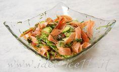 Presentazione insalata di salmone, zucchine, cipolla e erba cipollina