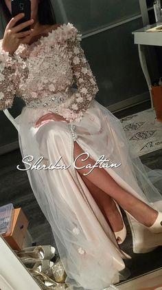 Fashion Arabic Style Illustration Description – Read More – Morrocan Dress, Moroccan Caftan, Oriental Dress, Oriental Fashion, Arab Fashion, African Fashion, Simple Dresses, Nice Dresses, Event Dresses