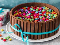 KitKat cake with Smarties- KitKat-Torte mit Smarties This cake is a real trend. The KitKat cake with airy chocolate bottom, a great mascarpone cream and many smarties is not only great on children& birthday parties. Cupcake Recipes, Baking Recipes, Snack Recipes, Snacks, Kitkat Torte, Cake Candy, Raspberry Smoothie, Pumpkin Spice Cupcakes, Food Cakes
