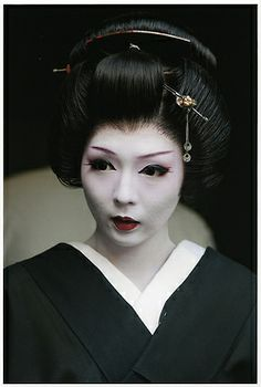 """geisha Komatsu by DEKAHIRO on Flickr""  Does anyone know which hanamachi she is from?"