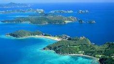 The warm, azure waters and sandy beaches of the Bay of Islands beckon. New Zealand Borth island