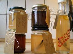 Æblesirup er en god måde at få brugt årets æblehøst på. Giv den din yndlingssmag - vanilje, lakrids eller kanel - og spis den fx på græsk yoghurt eller is. Dessert Sauces, Dressing, Dried Fruit, Chutney, Voss Bottle, Vinegar, Herbalism, Pickles, Juice